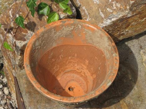 Terracotta pflanzk bel mit loch zum bepflanzen angels for Terracotta gartendeko