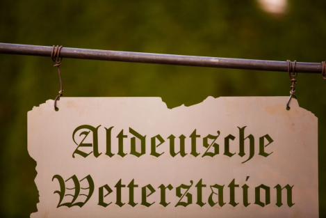 Altdeutsche wetterstation in edelrost mit holzbalken for Gartendeko holzbalken