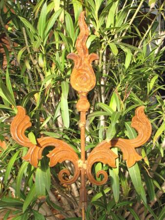 Edelrost Gartenstecker Ornament Ying Yang Pfeilspitze Schnörkel Gusseisen Garten