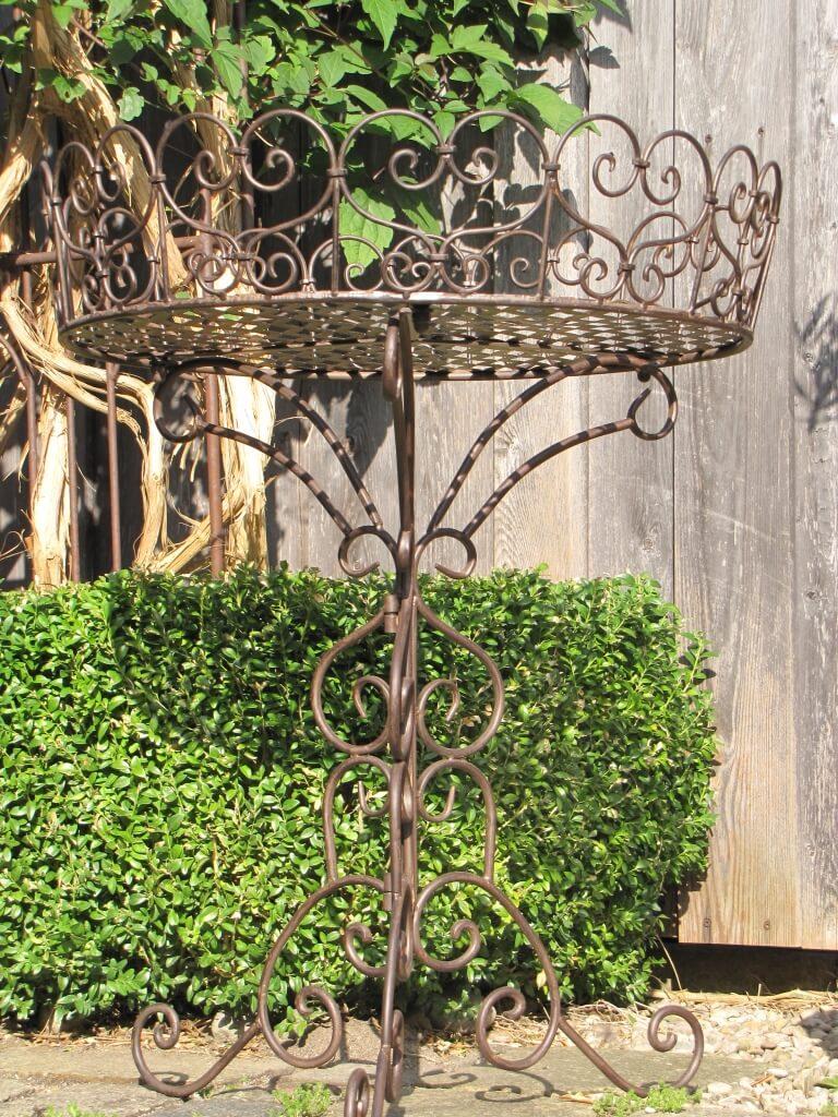 gro er beistelltisch aus metall im shabby chic design. Black Bedroom Furniture Sets. Home Design Ideas