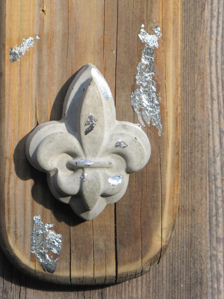 Holzbrett mit betonlilie unten zum h ngen angels garden for Gartendeko holzbrett