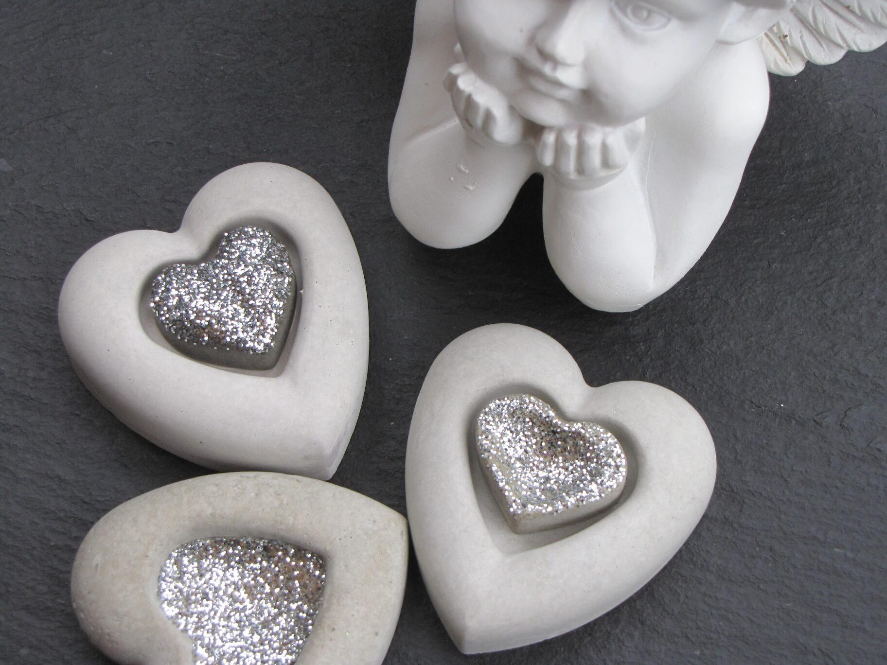 betonherz mit silbernem geteilten herz aus beton angels garden dekoshop. Black Bedroom Furniture Sets. Home Design Ideas