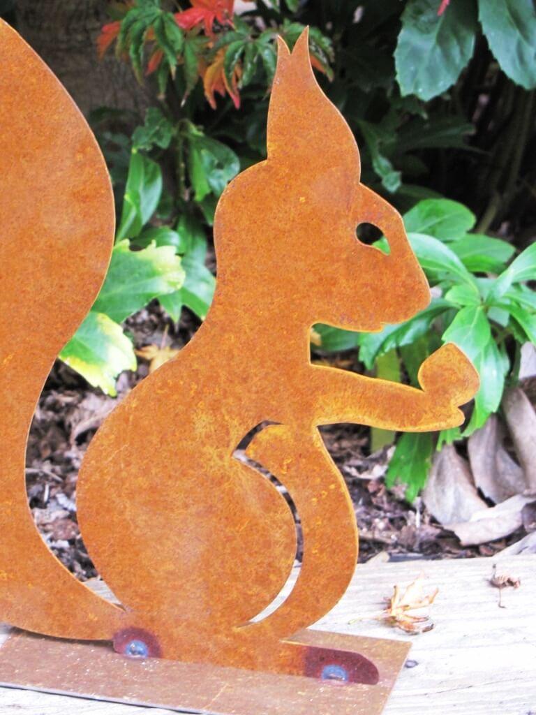 Edelrost eichh rnchen auf platte angels garden dekoshop for Tiere aus edelrost