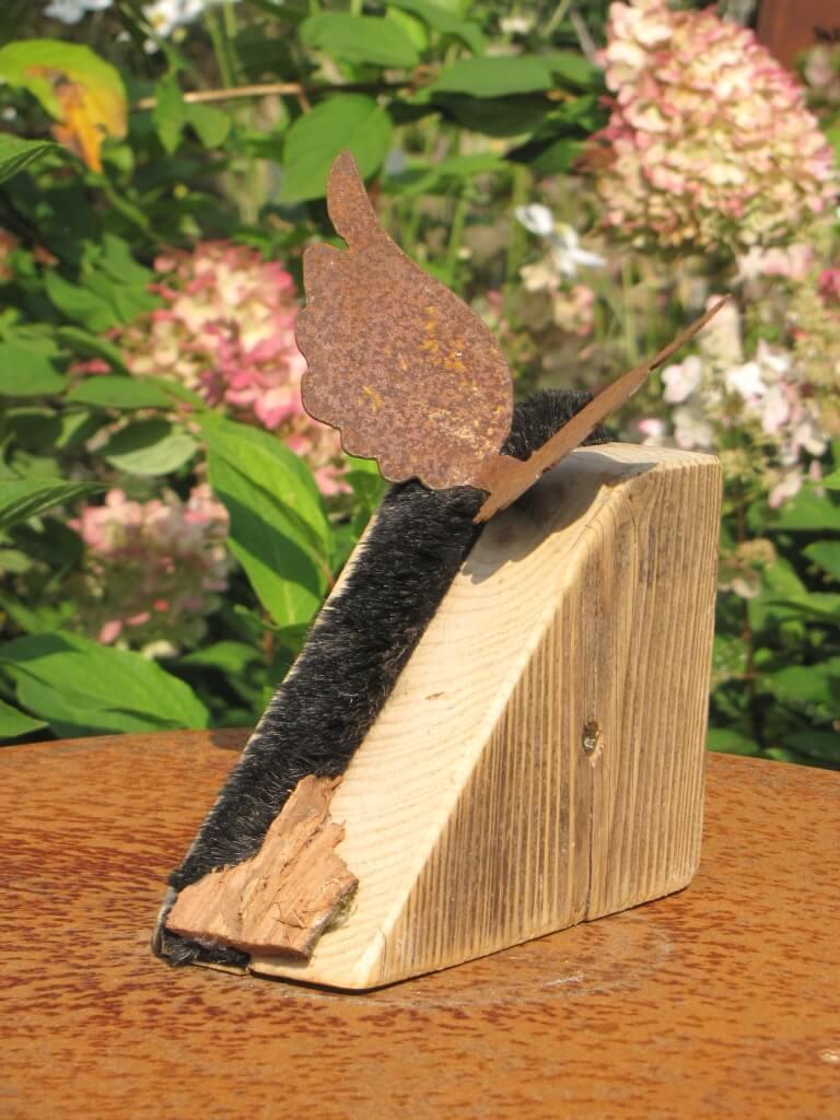 edelrost engelsfl gel auf holzblock mit fellstreifen angels garden dekoshop. Black Bedroom Furniture Sets. Home Design Ideas
