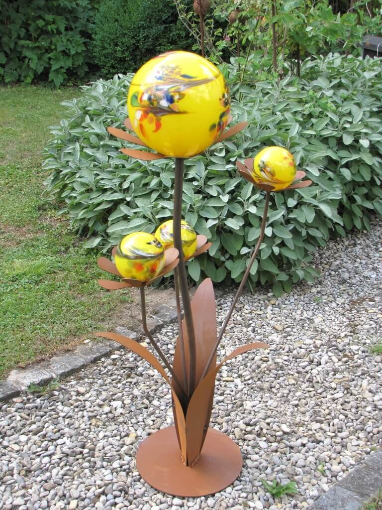 Glasblume ferrrum aus edelrost gelbe kugeln angels for Gartenskulpturen metall rost