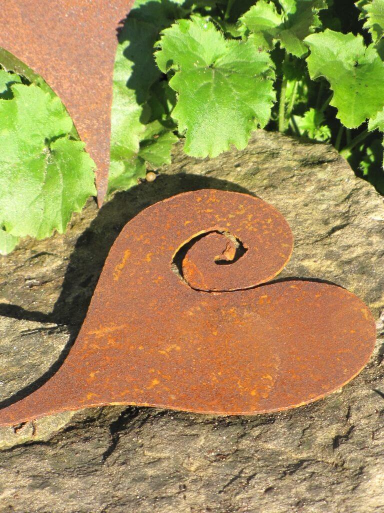 Herz curl aus edelrost zum h ngen angels garden dekoshop for Rostige herzen gartendeko