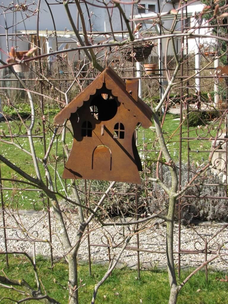 Kleines vogelhaus zum h ngen aus edelrost angels garden for Tiere aus edelrost