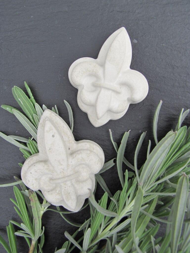 graue lilie fleur de lys aus beton angels garden dekoshop. Black Bedroom Furniture Sets. Home Design Ideas
