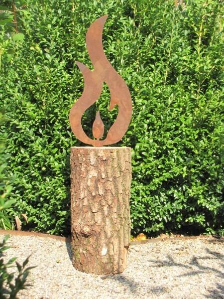 Gro e edelrost flamme auf holzblock mit rissiger rinde for Tiere aus rostigem eisen